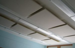 ceiling mounted acoustic panels improve acoustics in a classroom